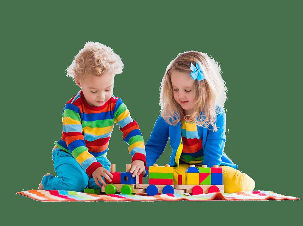 otroka se igrajo v vrtcu z igračami