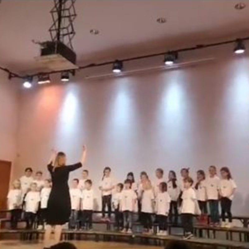 Otroški pevski zbor z dirigentom