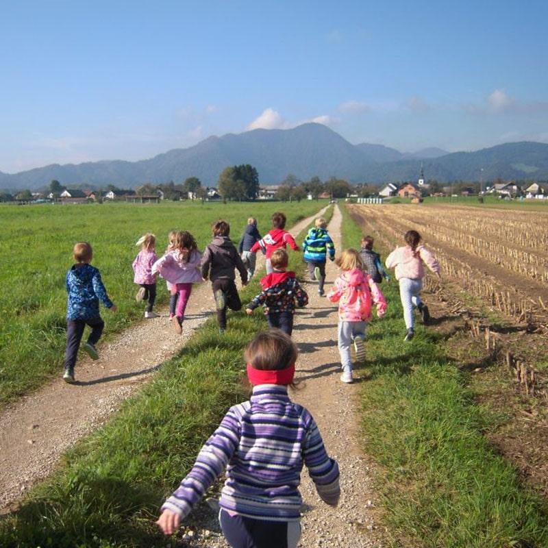 Kolovozna cesta in otroci, ki tečejo