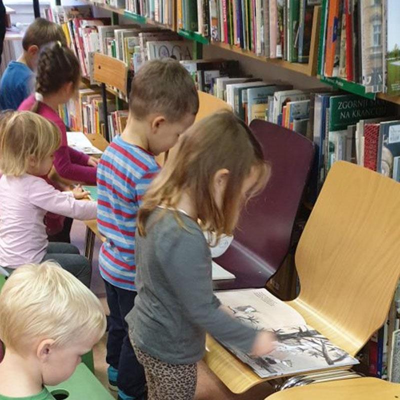 Otroci v knjižnici berejo